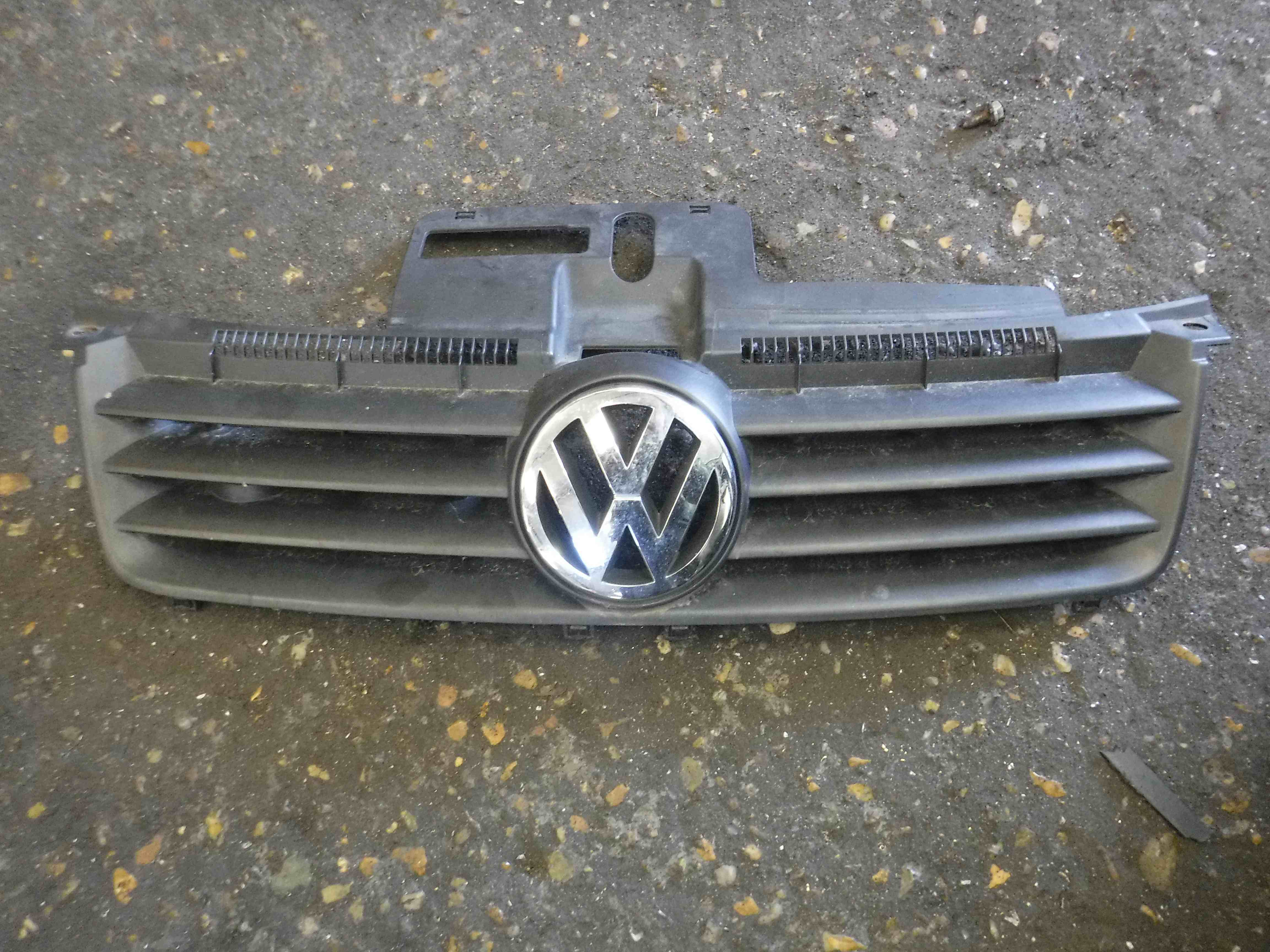 Volkswagen Polo 2003-2006 9N Front Grille Grill  Badge 6Q0853651C